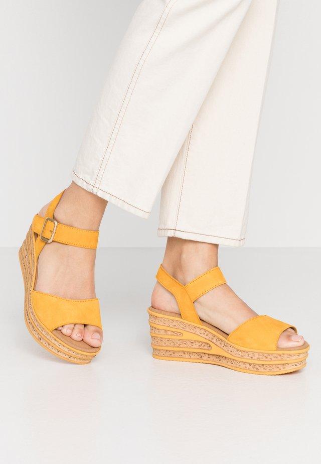 Sandały na platformie - mango