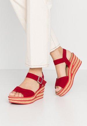 Sandały na platformie - rubin