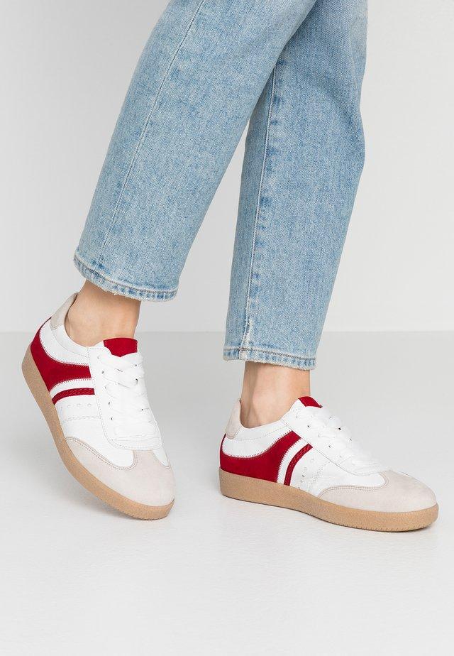 Sneakers laag - vanille/weiß/rubin