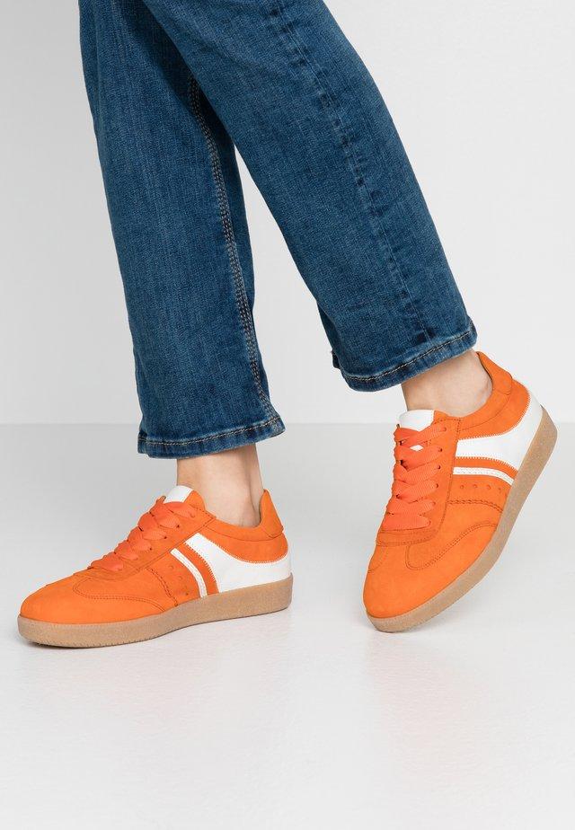 Sneakers laag - orange/weiß