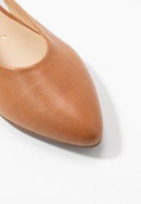 Gabor - Ballerina med hælstøtte - cognac - 2