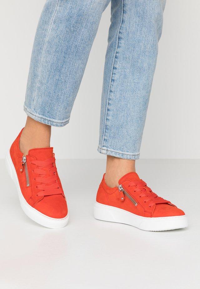 Sneakers laag - koralle