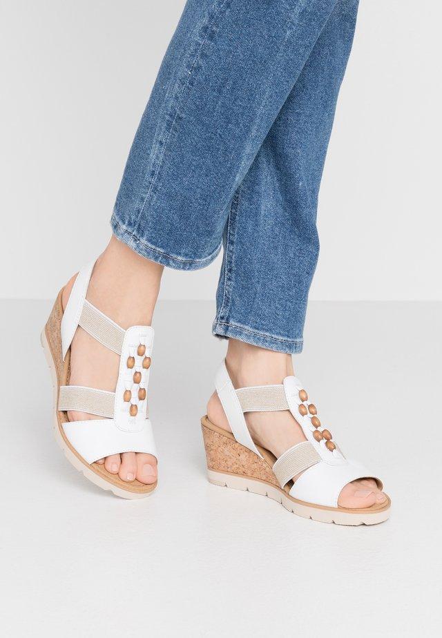 Sandały na koturnie - weiß/natur