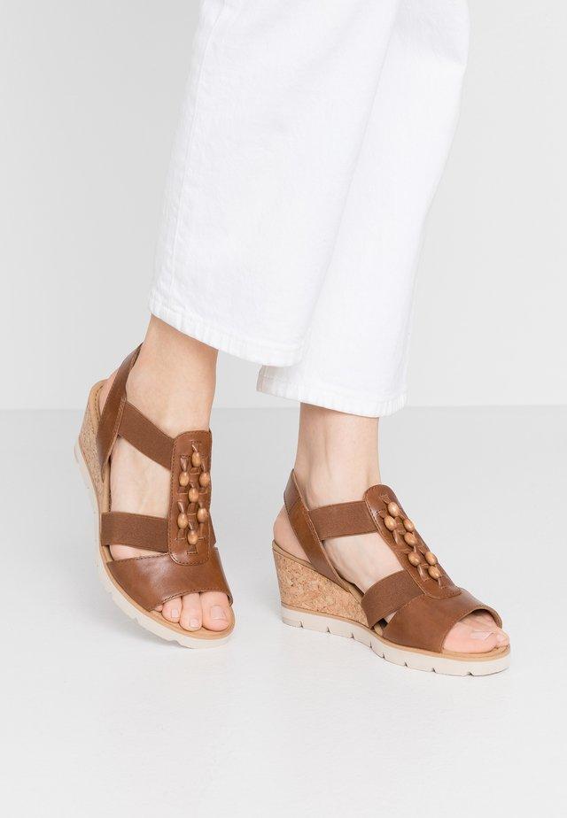 Sandały na koturnie - peanut/natur