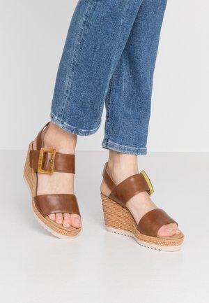 Sandály na vysokém podpatku - peanut