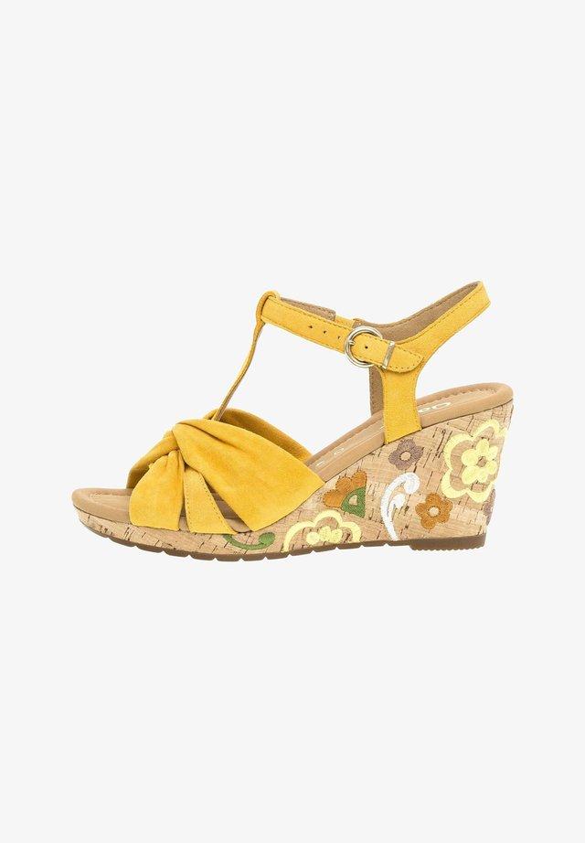 Sandały na koturnie - yellow