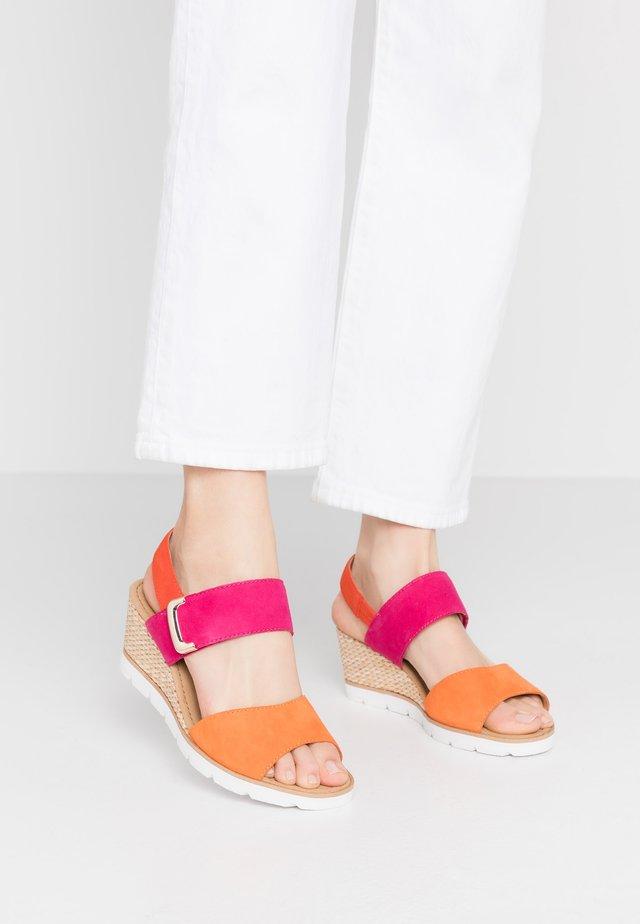 Sandales compensées - orange/fuxia/koralle
