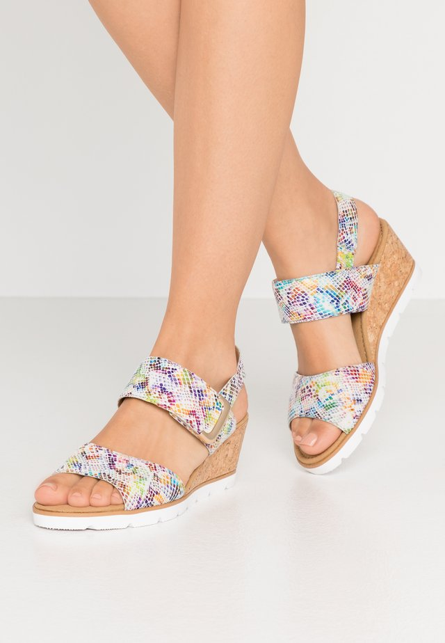 Sandały na koturnie - multicolor