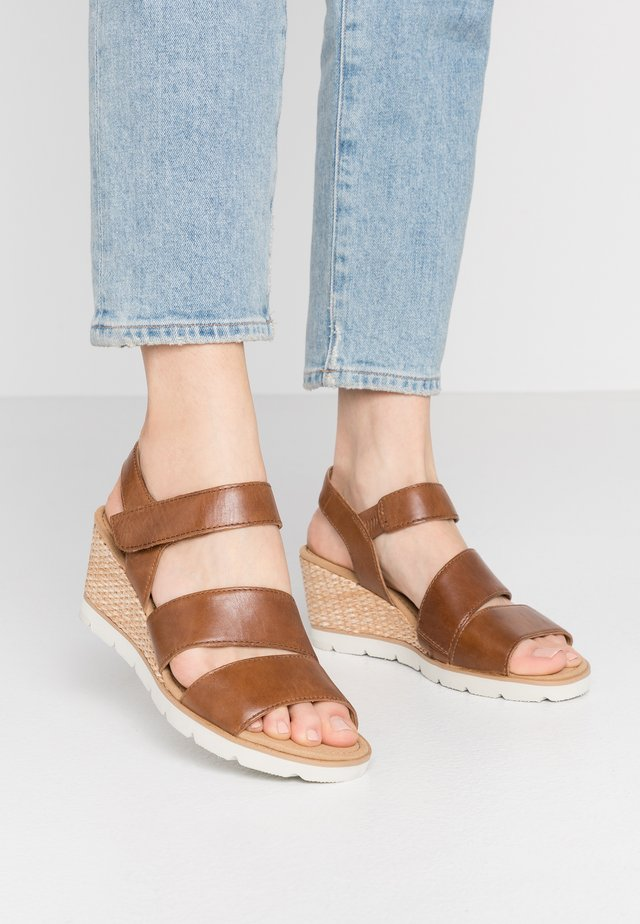 Sandály na klínu - peanut