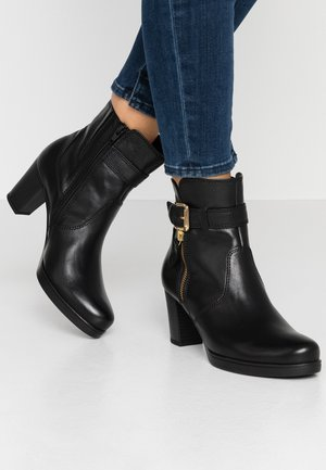 WIDE FIT - Classic ankle boots - schwarz/gold