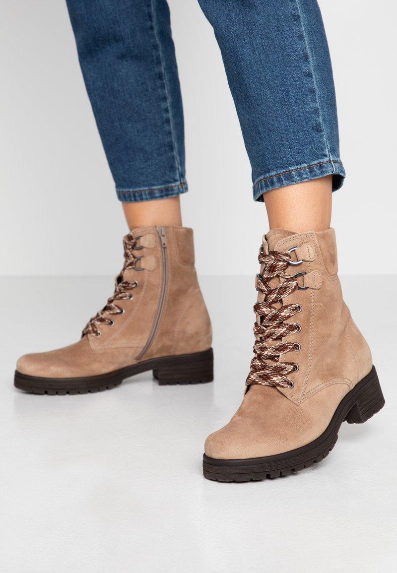 Gabor - WIDE FIT - Šněrovací kotníkové boty - desert