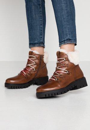 WIDE FIT - Ankle boots - cognac/panna
