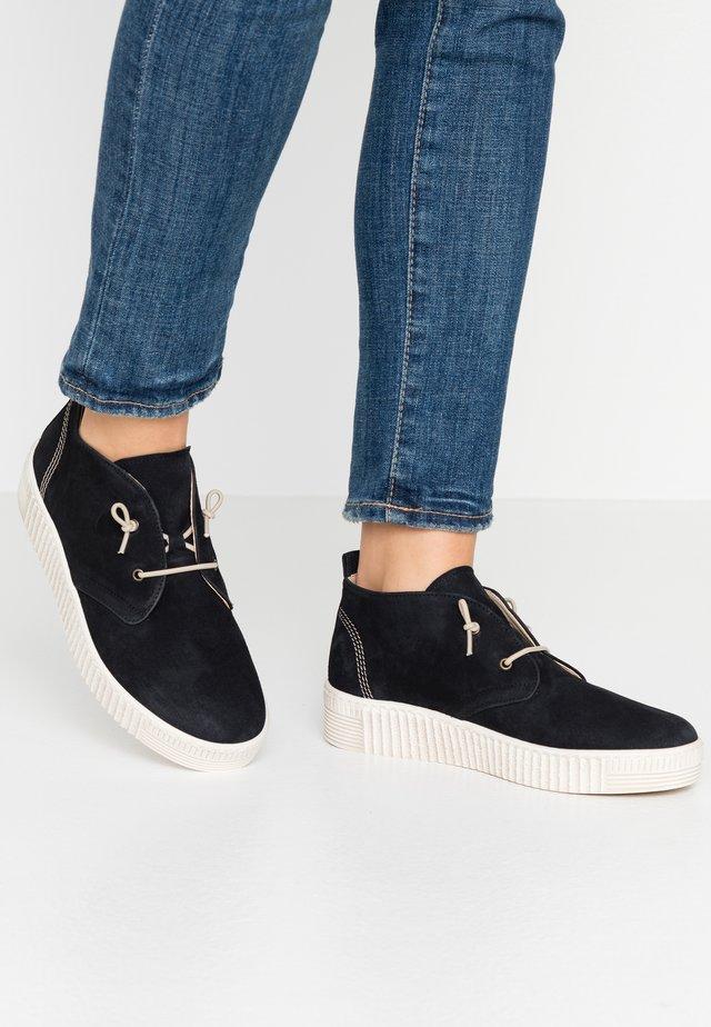 Sznurowane obuwie sportowe - bluette