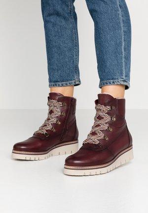 Kotníkové boty na platformě - merlot