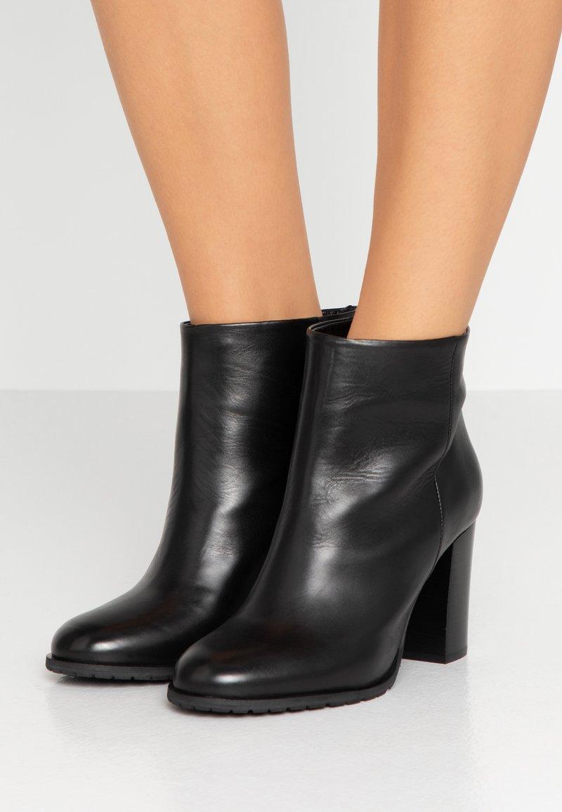 Gardenia - LINDA - Korte laarzen - black