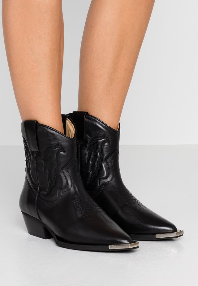LEIKA - Cowboystøvletter - black