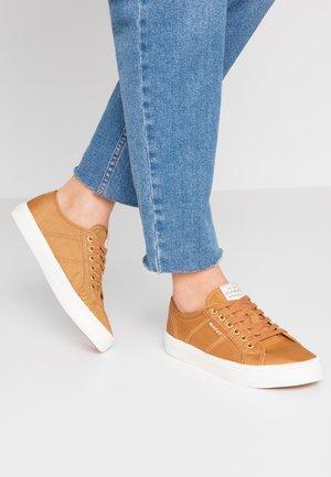 PINESTREET  - Sneakers laag - fudge caramel