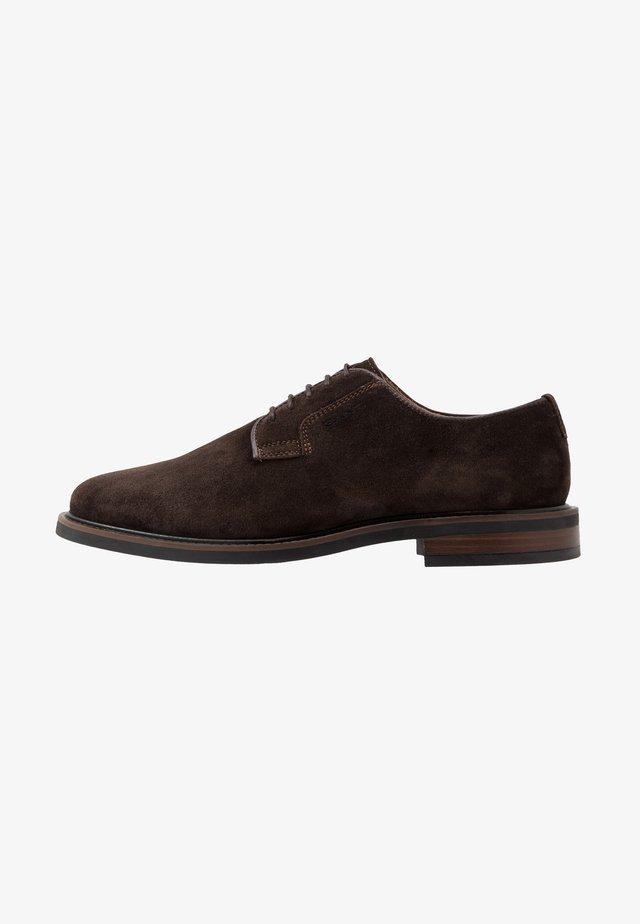 AKRON - Zapatos con cordones - dark brown