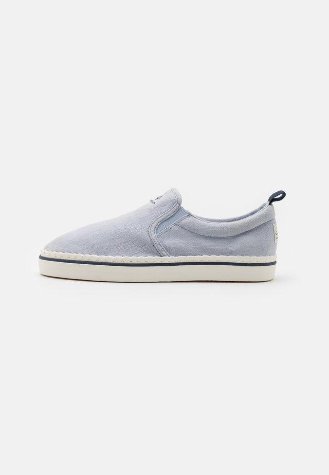 FREZNO - Sneakersy niskie - powder blue