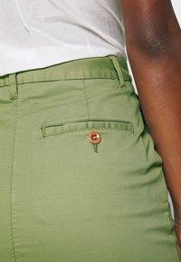 GANT - CLASSIC CHINO SKIRT - Pouzdrová sukně - oil green - 5