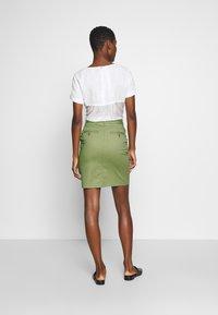 GANT - CLASSIC CHINO SKIRT - Pouzdrová sukně - oil green - 2