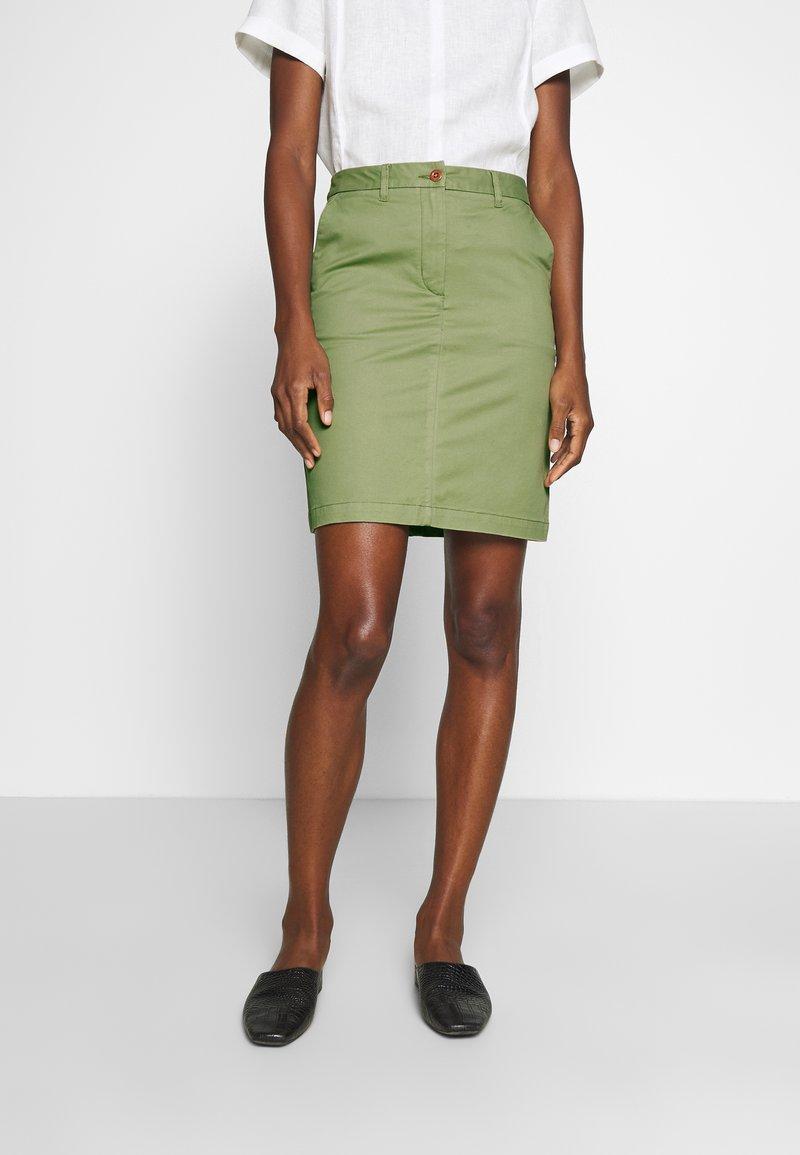 GANT - CLASSIC CHINO SKIRT - Pouzdrová sukně - oil green
