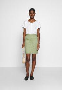 GANT - CLASSIC CHINO SKIRT - Pouzdrová sukně - oil green - 1