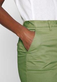 GANT - CLASSIC CHINO SKIRT - Pouzdrová sukně - oil green - 3