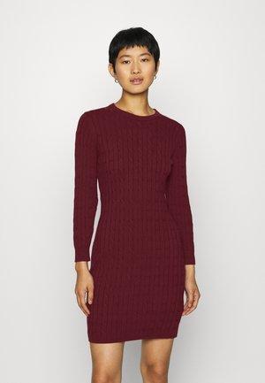 STRETCH CABLE DRESS - Gebreide jurk - port red