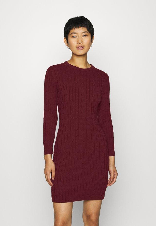 STRETCH CABLE DRESS - Sukienka dzianinowa - port red