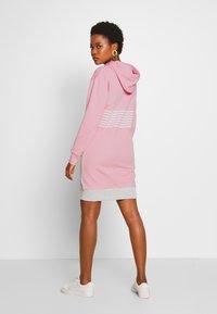 GANT - STRIPE HOODIE DRESS - Sukienka letnia - summer rose - 2
