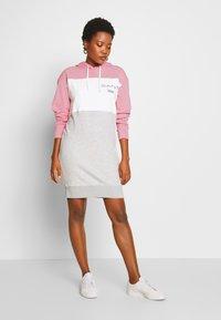 GANT - STRIPE HOODIE DRESS - Sukienka letnia - summer rose - 1