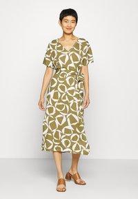 GANT - CRESENT BLOOM DRESS - Žerzejové šaty - olive green - 0