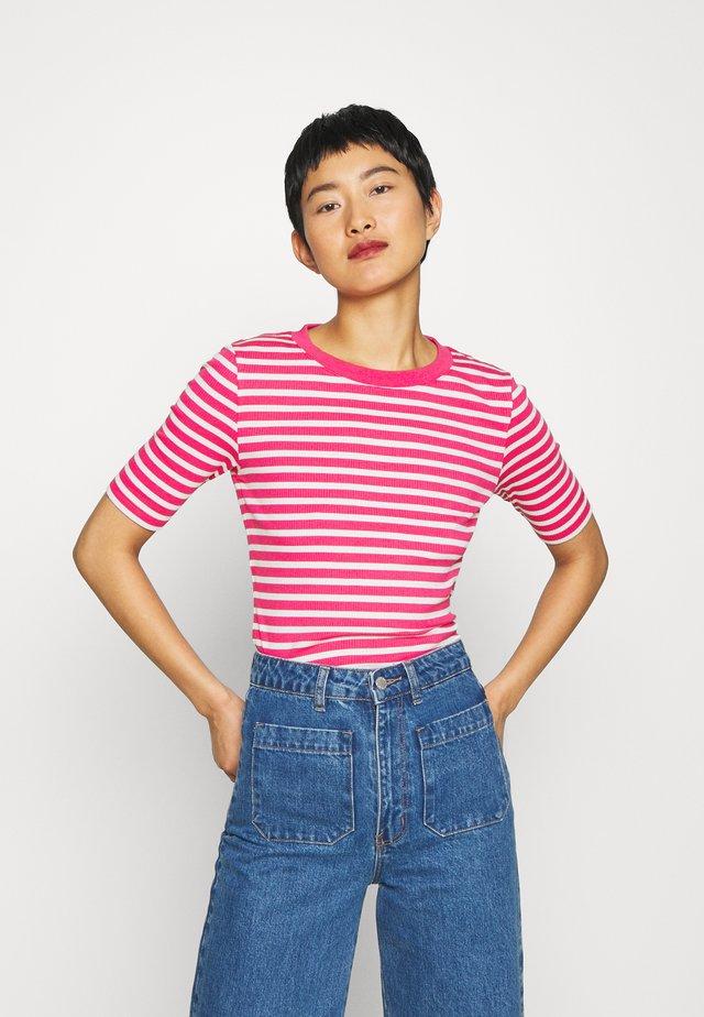 STRIPED - T-shirts med print - rich pink