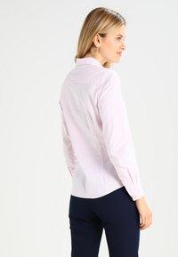 GANT - OXFORD BANKER - Button-down blouse - light pink - 2
