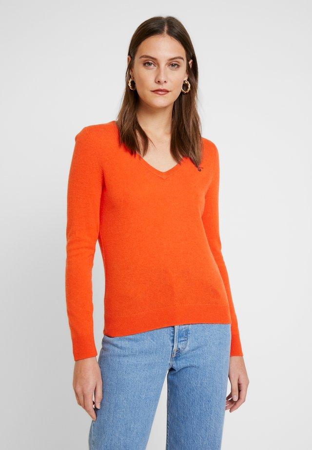 V NECK - Stickad tröja - atomic orange