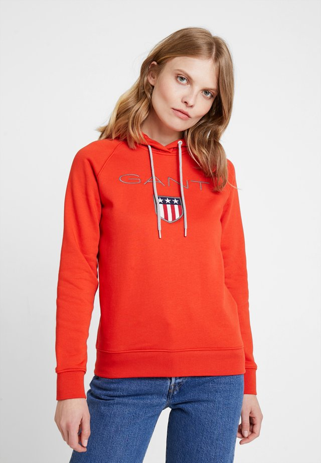 SHIELD HOODIE - Jersey con capucha - blood orange