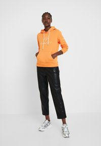 GANT - LOCK UP HOODIE - Jersey con capucha - amberglow - 1