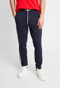 GANT - STRIPE PANTS - Pantaloni sportivi - evening blue - 0
