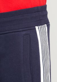 GANT - STRIPE PANTS - Pantaloni sportivi - evening blue