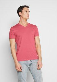 GANT - THE ORIGINAL  SLIM FIT - Camiseta básica - bright pink - 0
