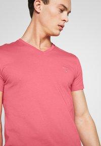 GANT - THE ORIGINAL  SLIM FIT - Camiseta básica - bright pink - 4