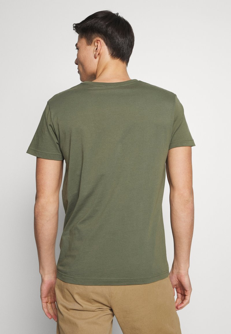 GANT SHIELD - T-shirts med print - olive