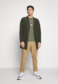 GANT - SHIELD - Camiseta estampada - olive - 1