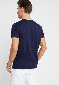 GANT - LOCK UP  - T-shirt med print - evening blue - 2