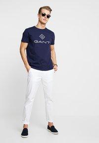 GANT - LOCK UP  - T-shirt med print - evening blue - 1