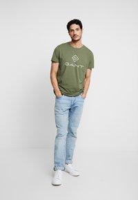 GANT - LOCK UP  - Camiseta estampada - deep lichen green - 1