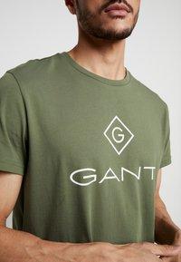 GANT - LOCK UP  - Camiseta estampada - deep lichen green - 4