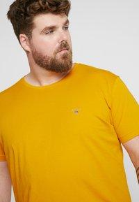 GANT - Camiseta básica - ivy gold - 3