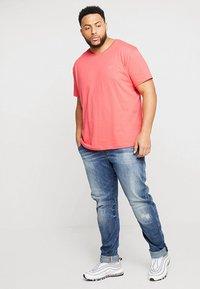 GANT - Camiseta básica - watermelon red - 1